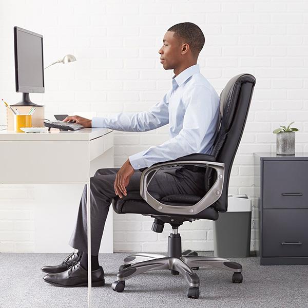 مرد نشسته روی صندلی استاندارد